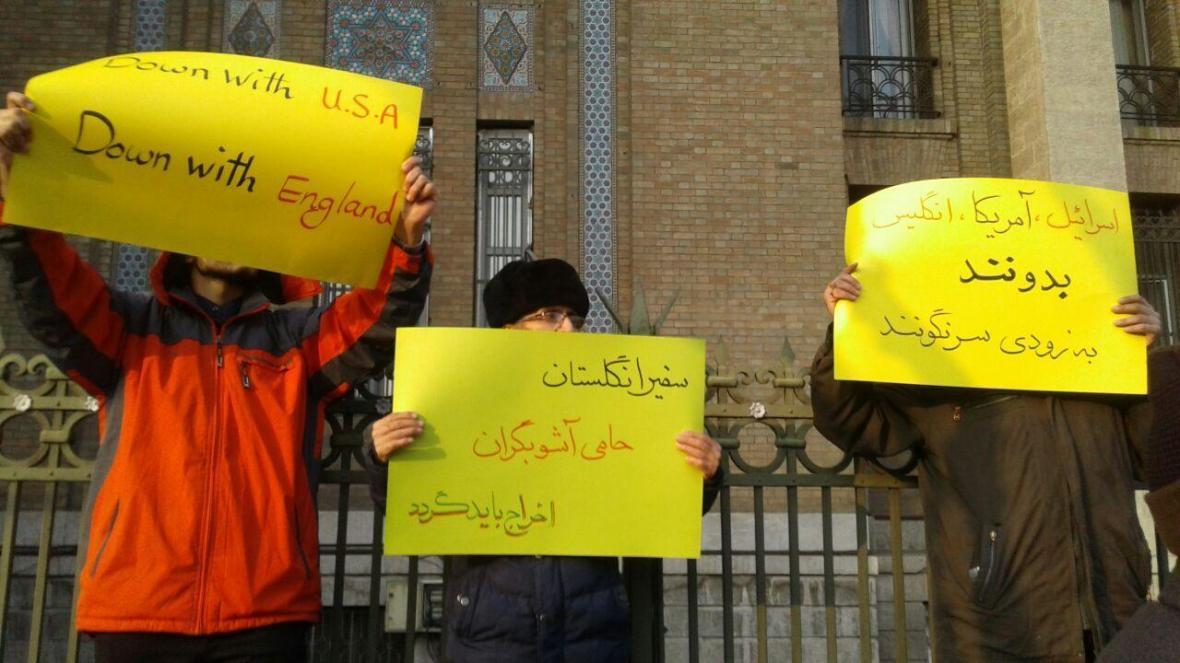 جمعی از دانشجویان خواهان اقدام وزیر امور خارجه در مورد بازخواست سفیر انگلیس در کشورمان شدند