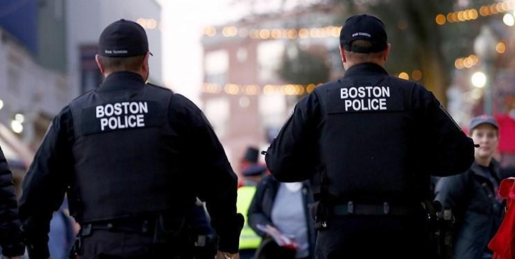 مردی در بوستون آمریکا، پرچم این کشور را به نشانه اعتراض به آتش کشید