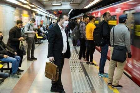 تذکر به مسافران بدون ماسک در مترو توسط پلیس