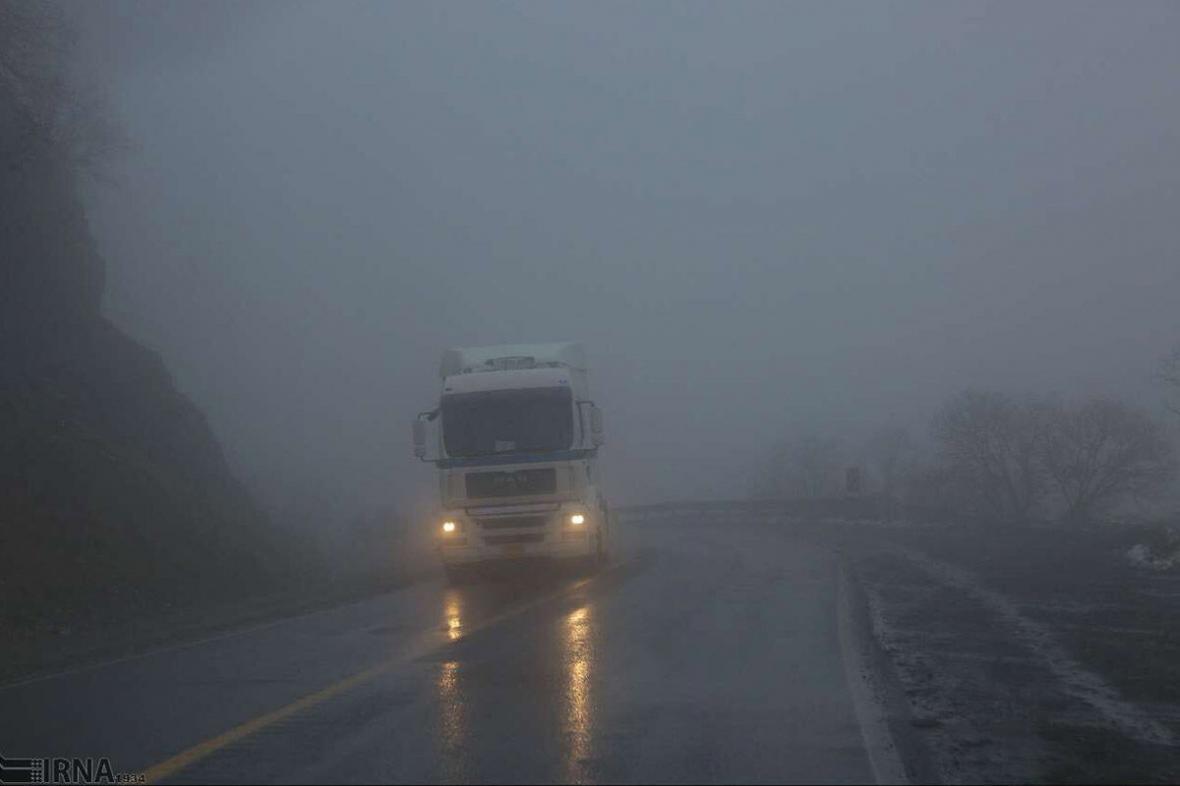 خبرنگاران گردنه چری شهرستان کوهرنگ با مه گرفتگی روبرو شد