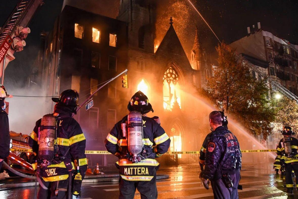 آتش کلیسای تاریخی نیویورک را سوزاند